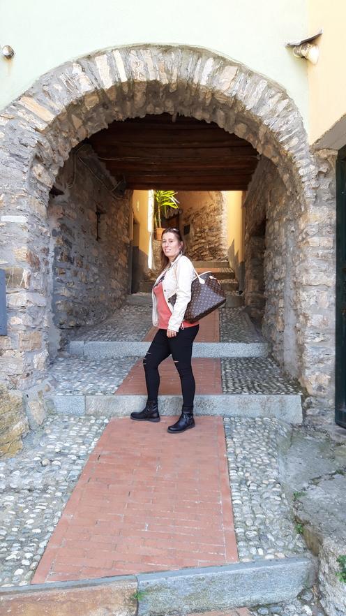 Tipico carruggio di Valloria con arcata in pietra