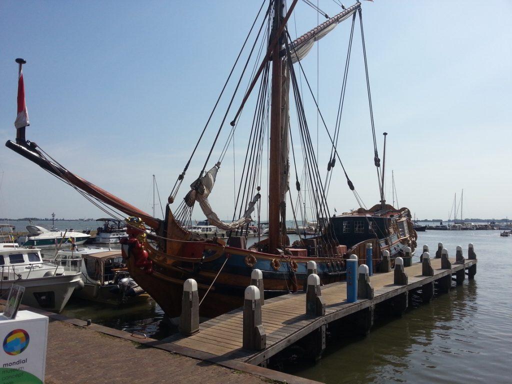 Imbarcazione antica nel porto di Volendam
