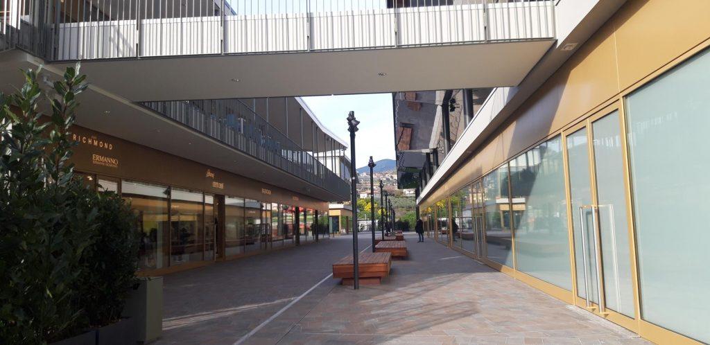 Area centrale del centro commerciale The Mall Sanremo