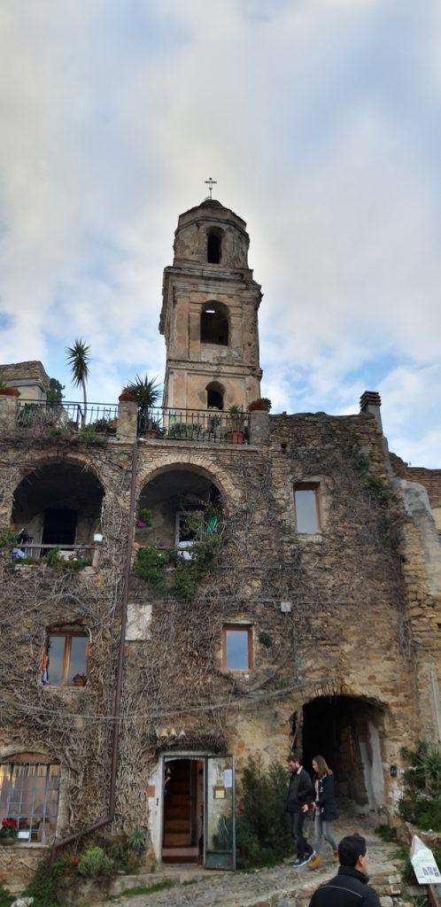 Uno dei tanti edifici ristrutturati di Bussana Vecchia