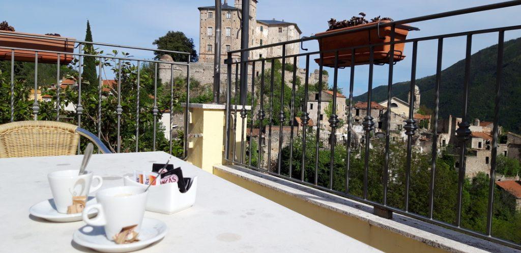 Caffè con vista sul borgo
