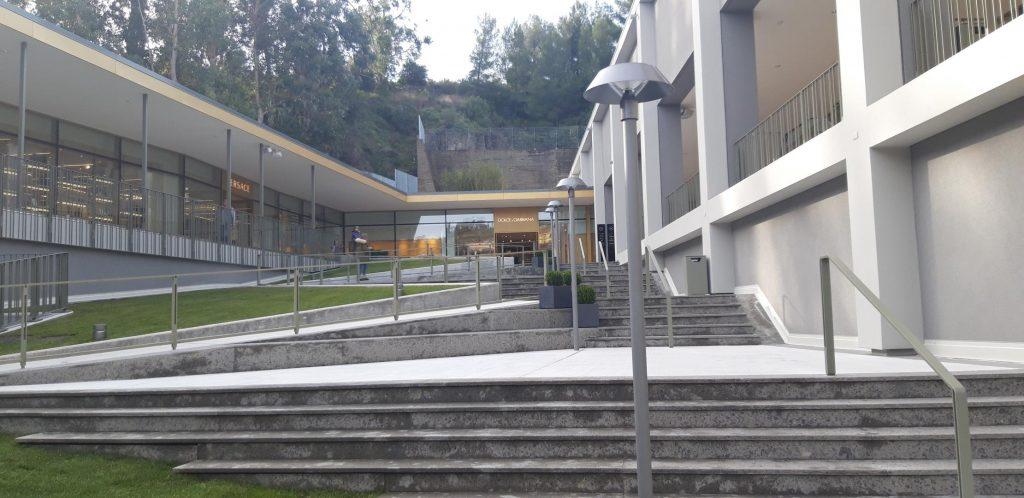 Accesso all'area sopraelevata del centro commerciale The Mall Sanremo